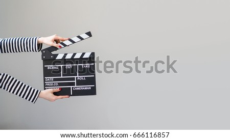 Women hands holding clapper board making video cinema in studio.Movie production clapper board, slate film.Action, theatre day.cut, Director, film industry, bollywood, hollywood.Video live streaming. Foto stock ©
