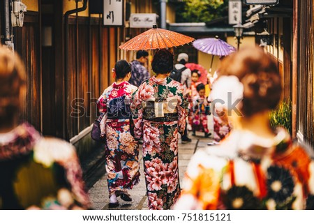 Women in traditional japanese kimonos walking in Kyoto, Japan Foto stock ©