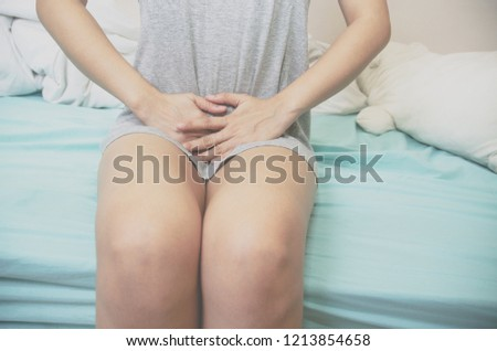 Women wear gray shirts with their hands to scratch their vaginas. Itching is caused by fungus in the bra. Do not focus on objects.