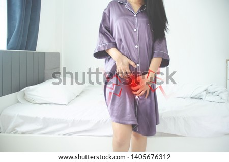 Women wear purple skirt Use the hand to scratch the vagina.Genital itching caused by fungus in underwear.Do not focus on objects.
