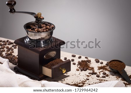 wonderful and reliable old mechanical eco-friendly coffee grinder made of wood Foto stock ©