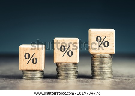 Wood blocks with percentage symbol on heap coins stair, increase percentage on increase money Foto stock ©