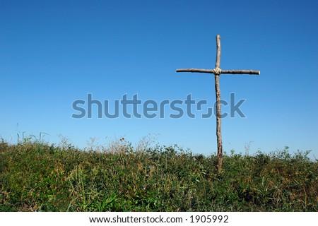 Blauer Himmel des hölzernen rustic Kreuzüberschusses