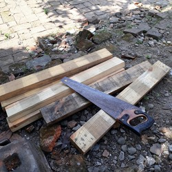 Wood saw looks rusted even after being used to cut planks