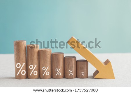 Wooden blocks with percentage sign and down arrow, investment reduce, financial recession crisis, interest rate decline, risk management concept Foto d'archivio ©