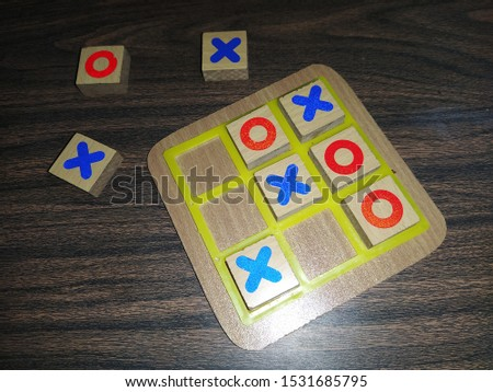 Wooden board of Tictac toe. Childhood game of Xs and Os. Foto stock ©