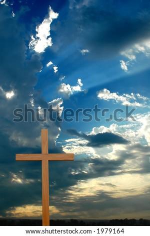 Übersonnenuntergang des hölzernen Kreuzes mit sunrays mitPlatz für Text.