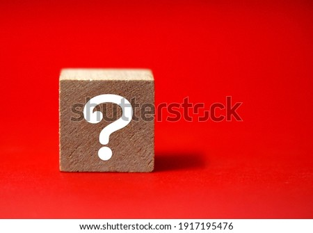 Wooden cube block shape with sign question mark symbol on red background Foto stock ©