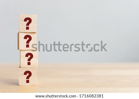 Wooden cube block shape with sign question mark symbol on wood table Foto d'archivio ©