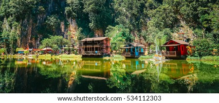 Wooden house at Ipoh Lake, Perak, Malaysia Photo stock ©