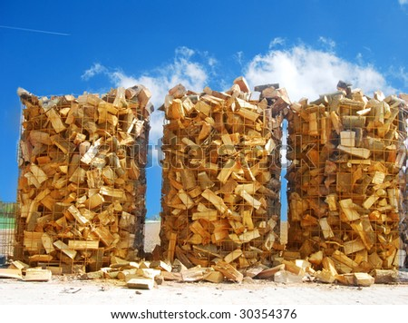 Wooden logs for combustion in a biomass oven