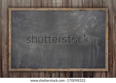 Wooden texture background, blackboard ( chalkboard ) texture. Empty blank black chalkboard with chalk traces Foto stock ©