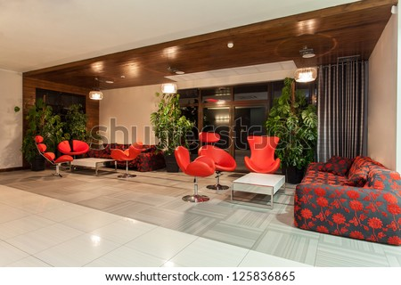 Woodland hotel - Hotel hall with red decorations