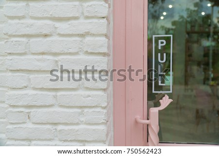 wording 'pull' sticker put on clear glasses door or window.letter wording sign sticker is symbol use for tell customer mostly put on front door of shop store and office. Foto stock ©