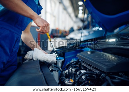 Worker checks the engine oil level, car service Foto stock ©