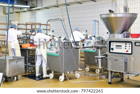 Workers in the production of original German bratwurst in a large meat processing plant in the food industry Foto stock ©