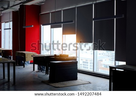 Working process of installing roller blinds to a new office Foto stock ©