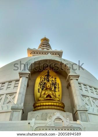 world peace stupa (vishwa shanti stupa).This stupa is symbol of world peace.beautiful image of golden buddha statue in world peace stupa of rajgir, bihar india. Foto stock ©