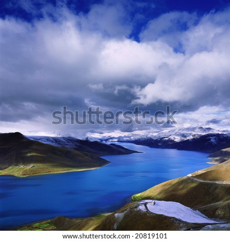 Yamdrok Yumtso Lake, which is surrouned by snowy mountains rising more than 7000 metres above sea level, is one of the holiest lakes in Tibet.