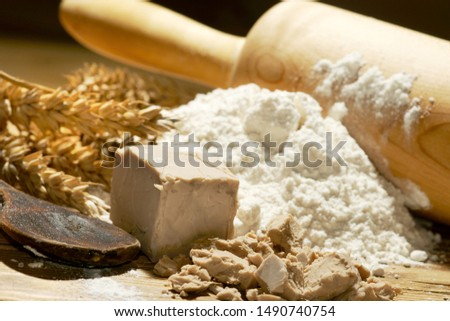 yeast with wheat flour, wheat ears and rolling pin Foto d'archivio ©