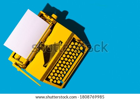 Yellow bright typewriter on blue. Symbol for writing, blogging, new ideas and creativity. Copy space Foto d'archivio ©