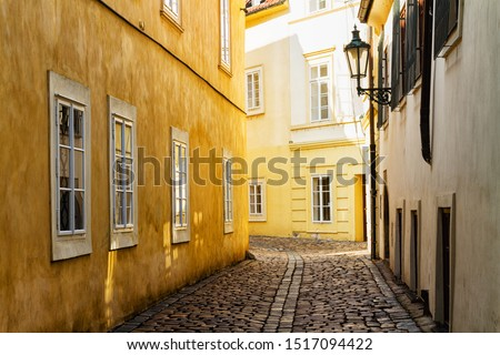Yellow building in the old Jewish Quarter in Prague city centre, Czech Republic Foto stock ©
