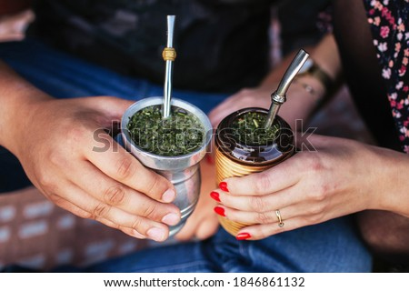 Yerba mate tea in bombilla. Special metal straw. Sout America popular hot drink. Couple drinking healthy herbal beverage. Engagement outdoor picnic. Foto stock ©
