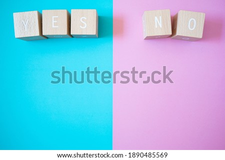 Yes and No; Five wooden blocks with YES NO text of concept. Foto stock ©