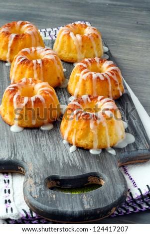 Yoghurt and lemon mini bundt cakes with glaze
