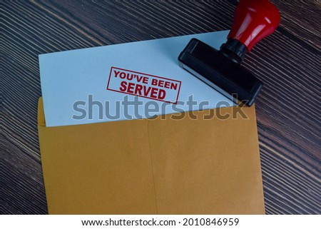 You've Been Served text on document above brown envelope. Foto stock ©
