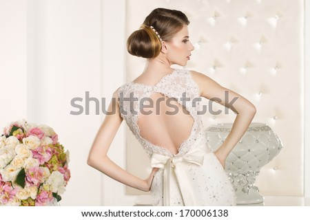 Young attractive bride with flowers Foto stock ©