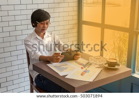 Young businessmen sit across the table from the data analysis plan