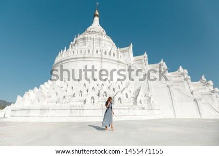 Young  Caucasian woman travller  walking in frot of Hsinbyume Pagoda in Mandalay, Myanmar Foto stock ©