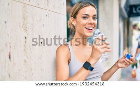 Young cauciasian fitness woman wearing sport clothes training outdoors drinking fresh water Foto stock ©