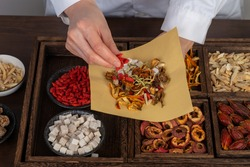 Young Chinese medicine is preparing Chinese herbal medicine