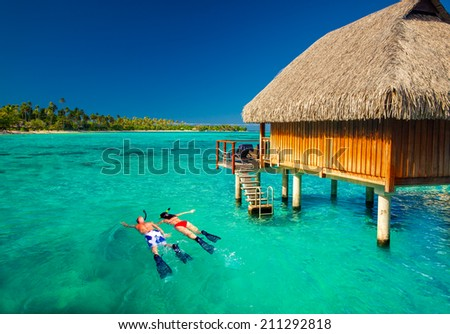 Young couple snorkeling from hut over blue tropical lagoon Foto stock ©