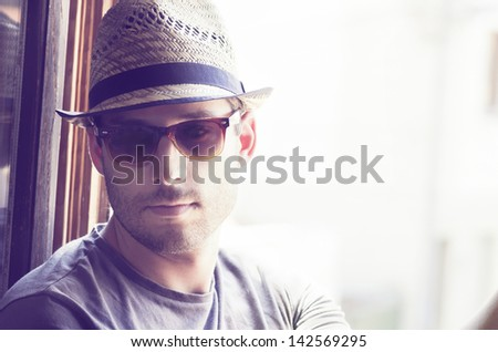 Young man with moder hat and sunglasses