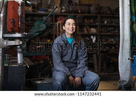 young woman mechanic in a workshop Foto stock ©