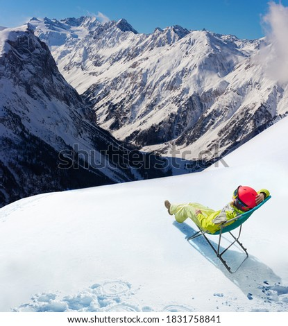 Young woman rest in cafe the deck chair on top of the mountain and Alpine peaks Foto stock ©