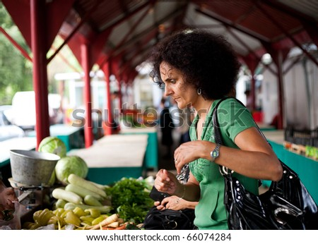 Young woman shopping at the farmers market