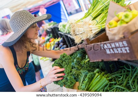 Young woman shopping at the local Farmers market. ストックフォト ©