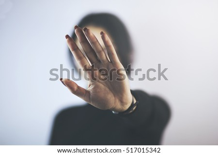 Young woman showing her denial with NO on her hand Foto stock ©