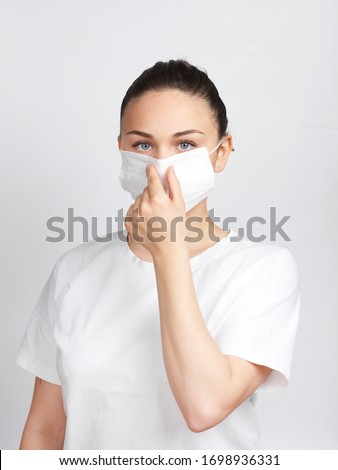 young woman showing how to wear a medical mask step by step Foto stock ©