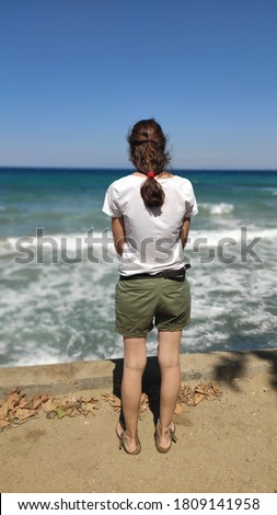 Young woman standing in the beach Stok fotoğraf ©