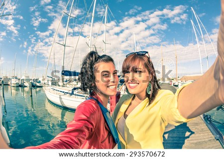 Young women girlfriends taking selfie with sailboats - Friendship concept with new trends and technology - Best female friends catching the moment with modern smartphone - Soft vintage filtered look