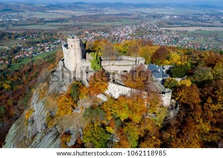 zamek Chojnik jesienia, widok z powietrza, Chojnik castle from the sky Zdjęcia stock ©