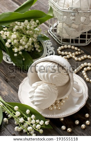Zephyr on a plate with flowers