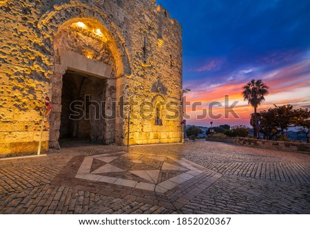 Zion Gate, one of the gates of the old city of Jerusalem, connecting the Jewish quarter, the Armenian Quarter and Mount Zion, which contains sites that are sacred to Judaism, Christianity and Islam Foto stock ©