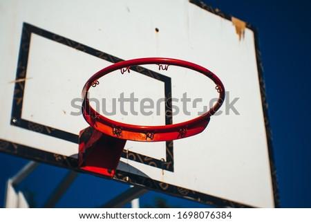 zniszczony kosz do koszykówki pustkowie opuszczony zaniedbany  Stock fotó ©