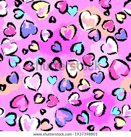 Abstract seamless chaotic leopard print with hearts elements. Grunge texture background. Wallpaper for girls. Fashion style pattern Foto d'archivio ©
